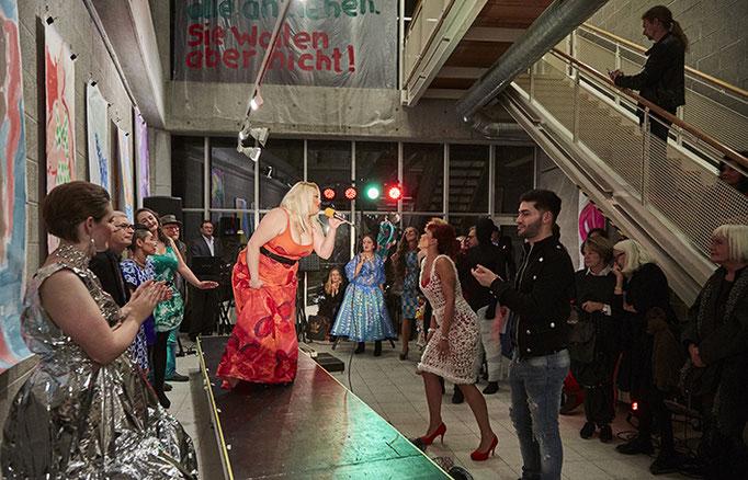 Iryna in getapter und bemalter Duni Tischdecke mit Lea auf dem 2. Platz. Foto: Susanne Wegner