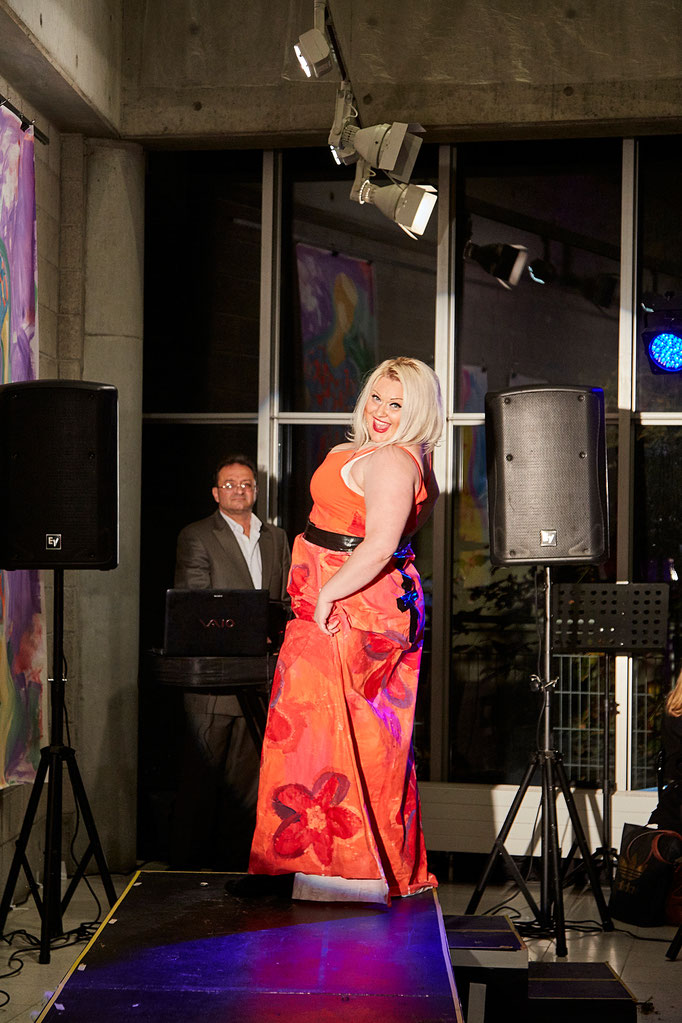 Iryna singt.