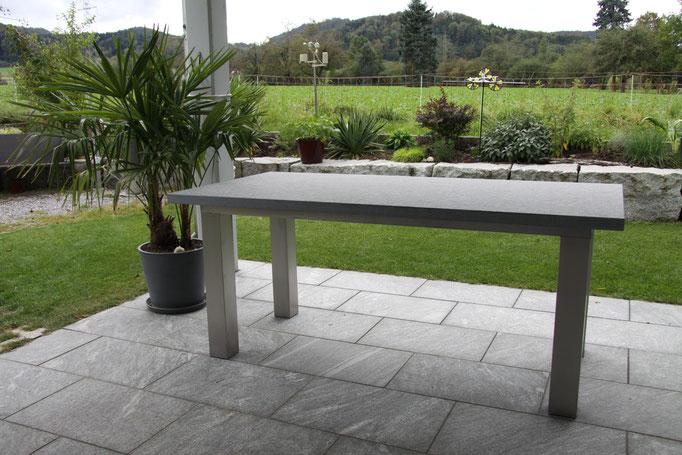 Gartentisch mit Chromstahlunterbau geschliffen gebeizt