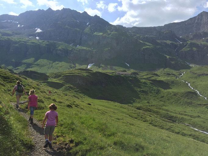 die Geschwister Tina & Lena bringen Lars auf die Alp