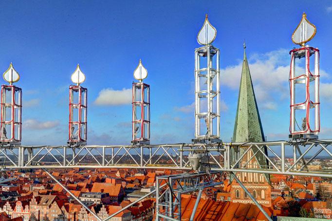 Blick vom Lüneburger Waasserturm mit Wichern-Adventskranz