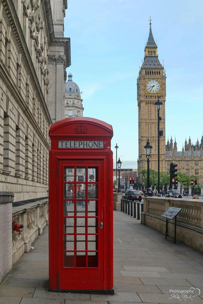 Typisch Londoner Telefonzelle - im Hintergrund ist der Big Ben zu sehen