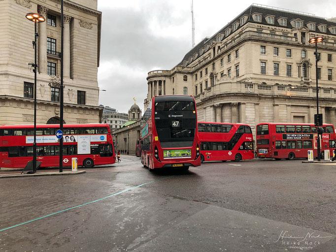 """Rechts ist die """"Bank of England"""" zu sehen"""