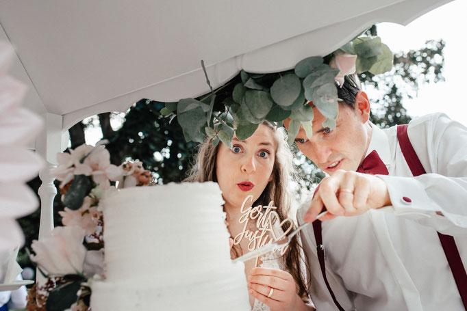 Brautpaar mit der Hochzeitstorte