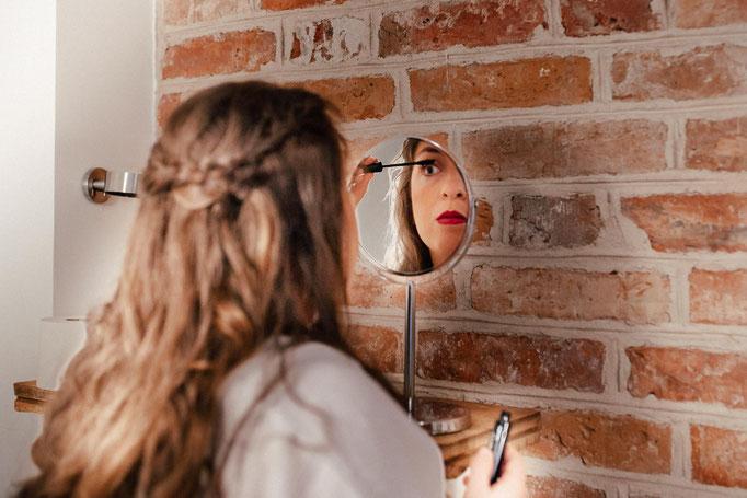 Braut vor dem Spiegel