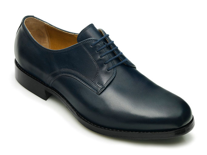 Plain Derby in dunkelblauem Anilincalf mit eleganter runder Spitzenform.