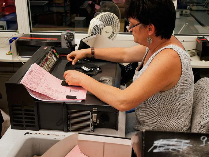 An dieser Maschine werden die Kanten des Leders verdünnt (geschärft), damit sie später am Schuh nicht drücken.