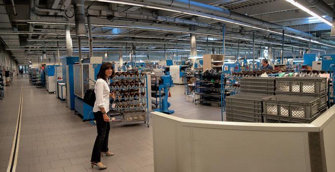 Und hier (und nicht umgekehrt) wird dann ein Schuh daraus. In dieser Halle werden pro Schicht 2000 Paar Schuhe gefertigt. Made in Germany.