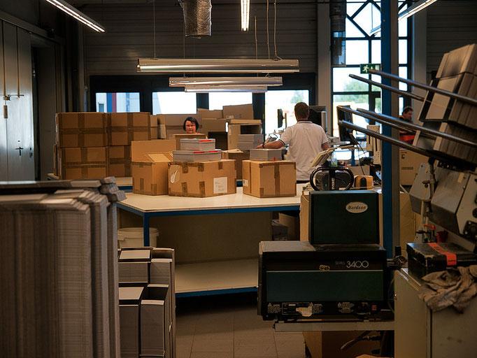 Und jetzt kommen die Kartons in einen Karton. Klingt einfach, aber logistisch eine Meisterleistung.