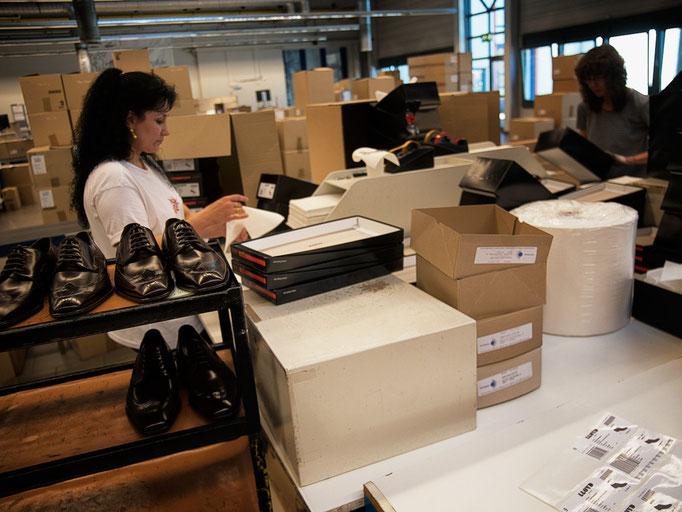 Hier werden die Bestellungen bearbeitet und die Schuhe versandfertig gemacht.