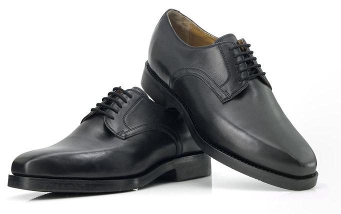 Plain Derby in schwarzem weichem Nappaleder auf einem eleganten, modischen Leisten mit Carree-Spitze. Für Einlagenträger.