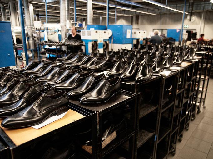 Auch wenn die Schuhe jetzt schon schön sind, es gibt nichts, was sich nicht noch verbessern liesse. Deshalb gibt es hier nochmal ein zusätzliches Finish.