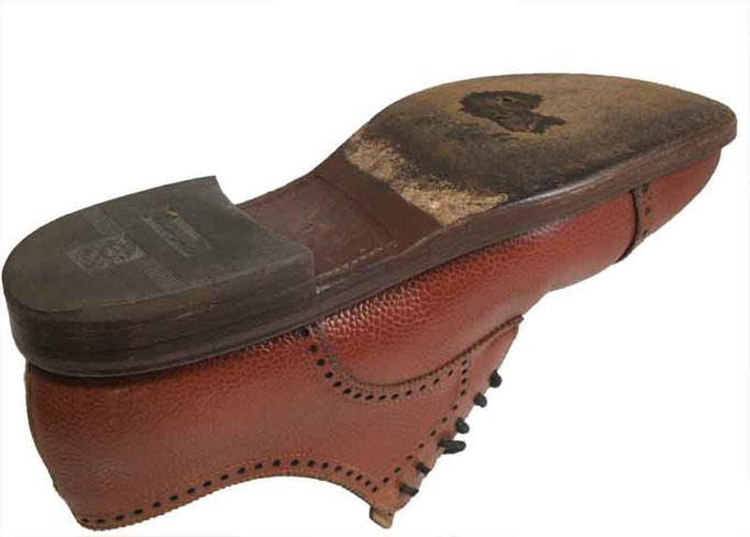 """Mit """"Lederschutzsohle"""" reparierter Schuh. aussen dicker als im Original."""