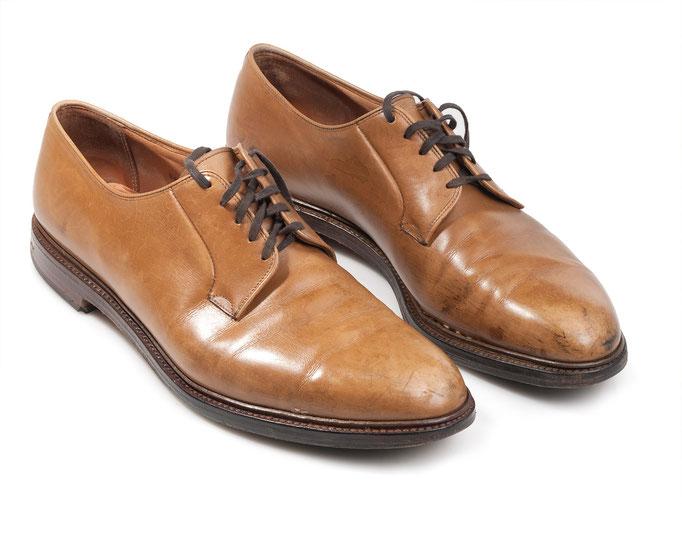 Rahmengenähter Schuh mit Flecken, defekter Rahmennaht und durchgelaufener Sohle