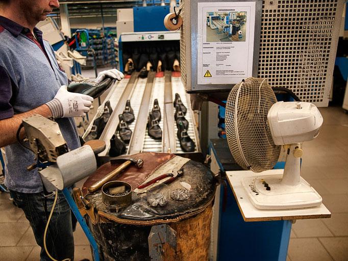 Der fertig gezwickte Schuh wird kontrolliert und von Hand nachbearbeitet. Mit dem Schuhmacherhammer.