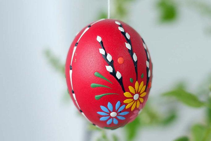 Wachsbossiertechnik, rotes gefärbtes Ei, buntes Wachs: schwarz, weiss, gelb, blau, grün
