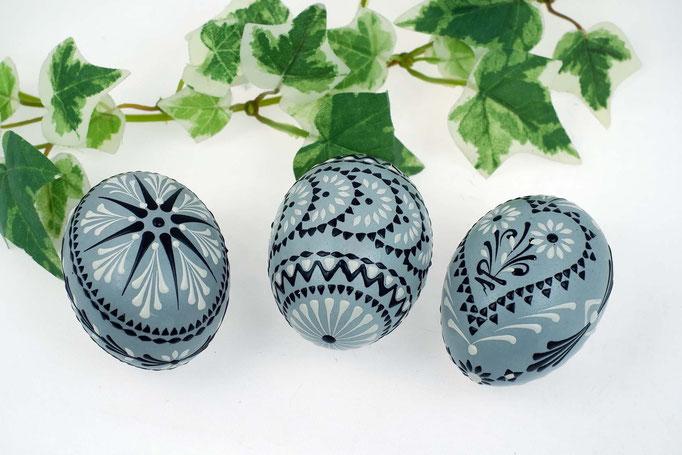 Wachsbossiertechnik, Hühnereier, grau gefärbt, mit schwarzem und weissem Wachs verziert.