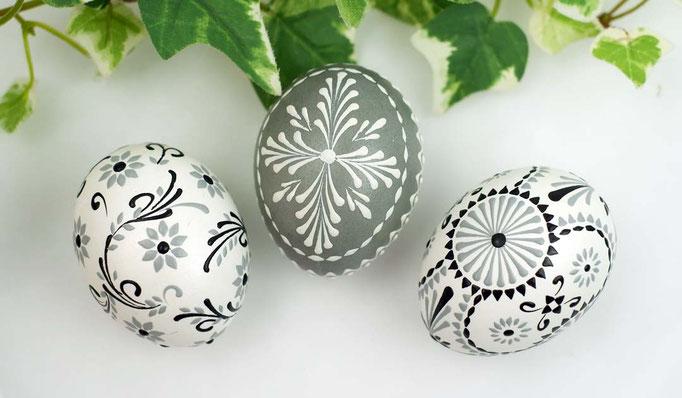Wachsbossiertechnik, Eier weiss und grau gefärbt, Wachs: weiss, grau und schwarz