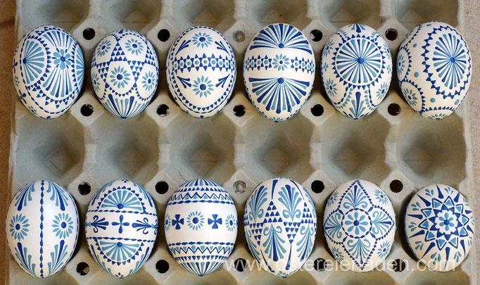 Wachsbossiertechnik, weisse Eier, Wachs: hellblau und dunkelblau