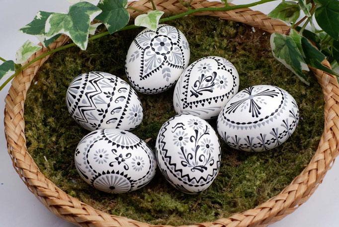 Wachsbossiertechnik, weisse Eier, Wachs: schwarz und weiss