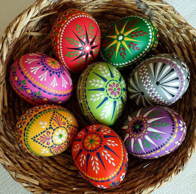 Wachsbossiertechnik, Eier bunt gefärbt, Wachs: bunt