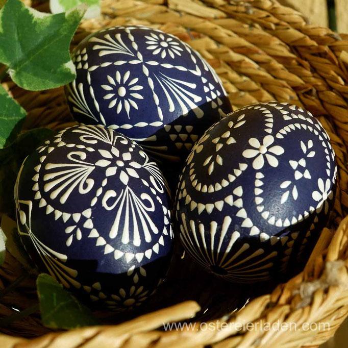 Wachsbossiertechnik, Eier blau gefärbt, Wachs: weiss