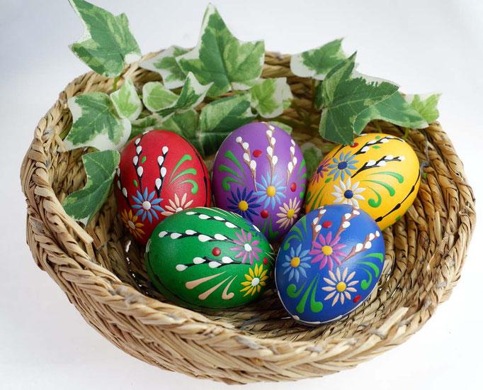 Wachsbossiertechnik, Kätzchen, bunt gefärbte Eier, Wachs: bunt