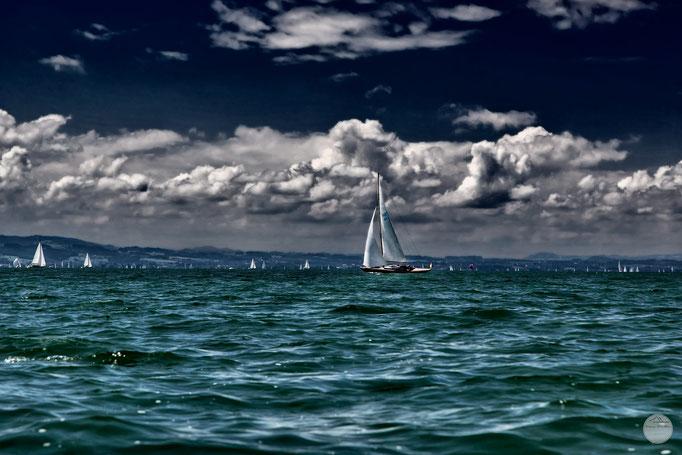"""Bild: Segelschiffe auf dem Bodensee in der Nähe von Wasserburg, """"white sails blue sky""""; www.2u-pictureworld.de"""