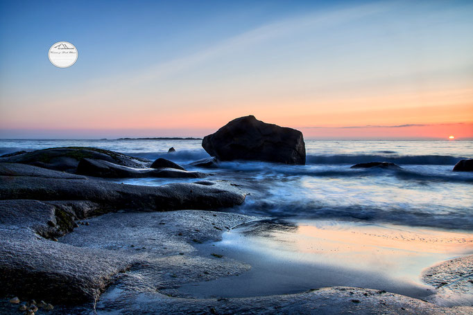 "Bild: Utakleiv beach, Lofoten, Norwegen, ""Fels in der Brandung"", www.2u-pictureworld.de"