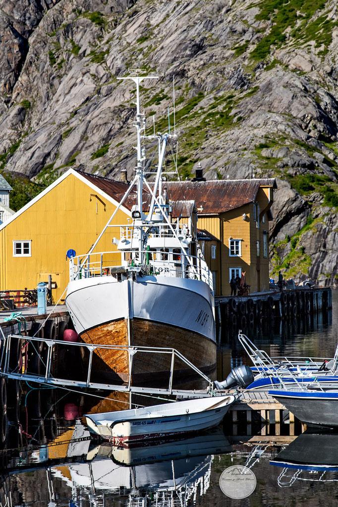 """Bild: boat in Nusfjord; Flakstadoya Island, Lofoten Norway; """"Nusfjords Prachtstück""""; www.2u-pictureworld.de"""