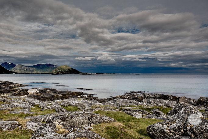 """Bild: Brenna, Lofoten, Norwegen, """"matt grün - blau Brenna"""", www.2u-pictureworld.de"""