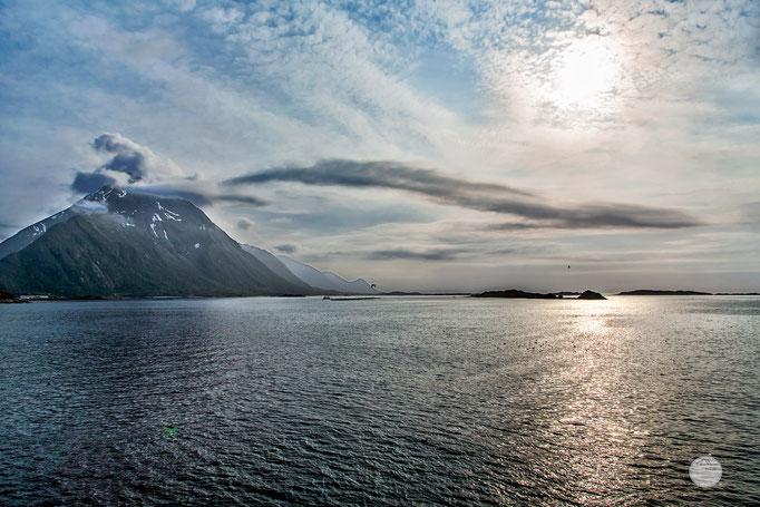 """Bild: Fährüberfahrt Melbu - Fiskebol, Lofoten, Norway, """"reaching Austvagoya""""; www.2u-pictureworld.de"""