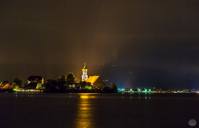 "Bild: beleuchtetes Wasserburg am Bodensee bei Nacht, ""village lights at the lake""; www.2u-pictureworld.de"