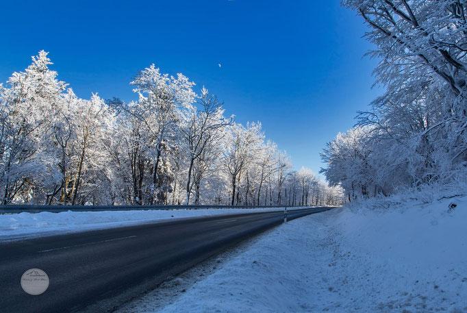 """Bild: Straße zum Kahlen Asten, Winterberg, """"snowy road"""", www.2u-pictureworld.de"""