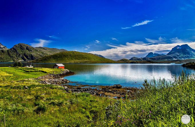 """Bild: a bay on the Lofoten Island Flakstadoya, Norway, """"lightened Lofoten bay""""; www.2u-pictureworld.de"""