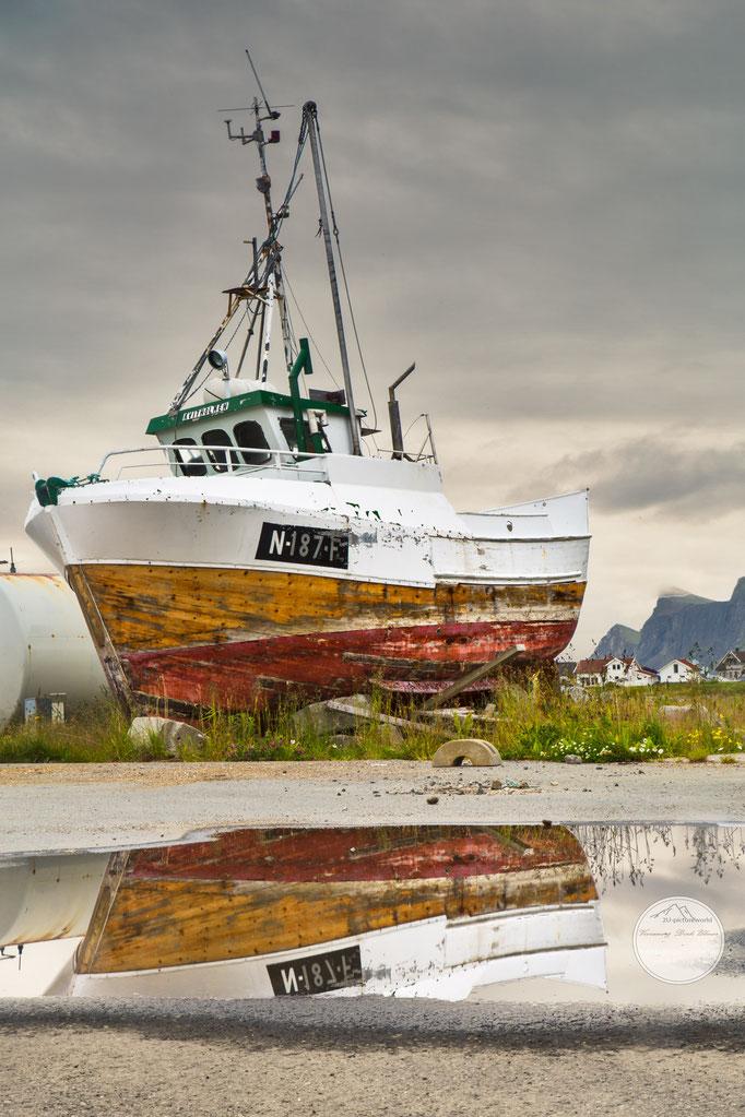 "Bild: old fisher boat, Ramberg, Lofoten Norway, ""ausrangiert""; www.2u-pictureworld.de"