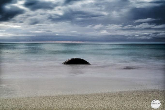 "Bild: beach of Unstad, Lofoten, Norway, ""lonely stone""; www.2u-pictureworld.de"