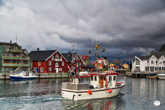"Bild: fisher boat in Henningsvaer, Austvagoya, Lofoten, Norway, ""going out for fishing""; www.2u-pictureworld.de"