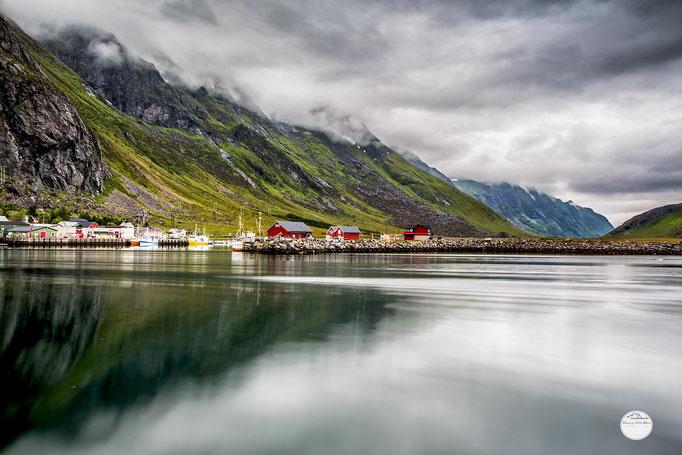 "Bild: Ramberg Lofoten, Flakstadoya, Norwegen, ""foggy Ramberg bay""; www.2u-pictureworld.de"
