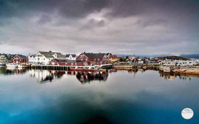 """Bild: Henningsvaer, Lofoten, Norwegen. """"Hafenmole"""", www.2u-pictureworld.de"""