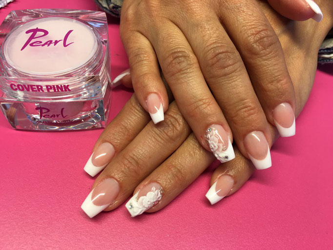 Rita Barabas arbeitet im Pearl Nails and More mit Pearl Acryl Cover Pink