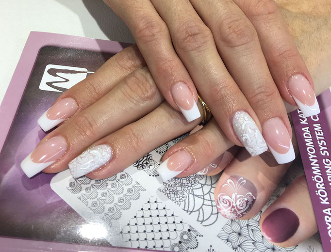 Rita Barabas arbeitet mit Transferfolie im Pearl Nails and More