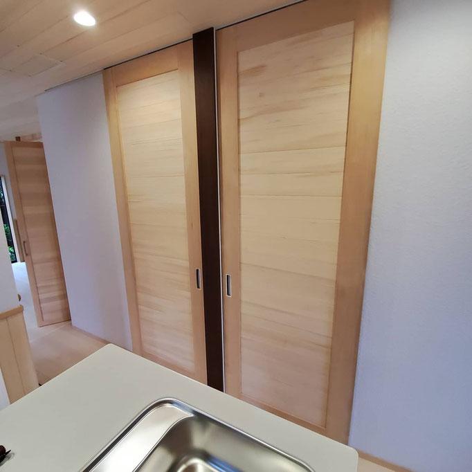 リノベーション部分で温熱環境を整えるために階段室に扉を設置