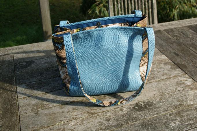sac en simili-cuir peau de croco bleu .
