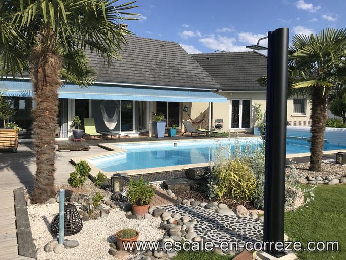 La piscine et la douche solaire , Escale en Corrèze .