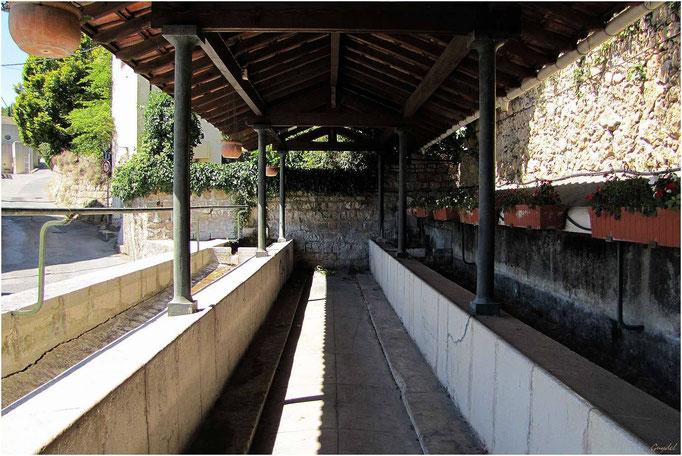 Le Lavoir en Haut de la Route de Fayence ( début du Chemin des Cottes ) ... à Callian