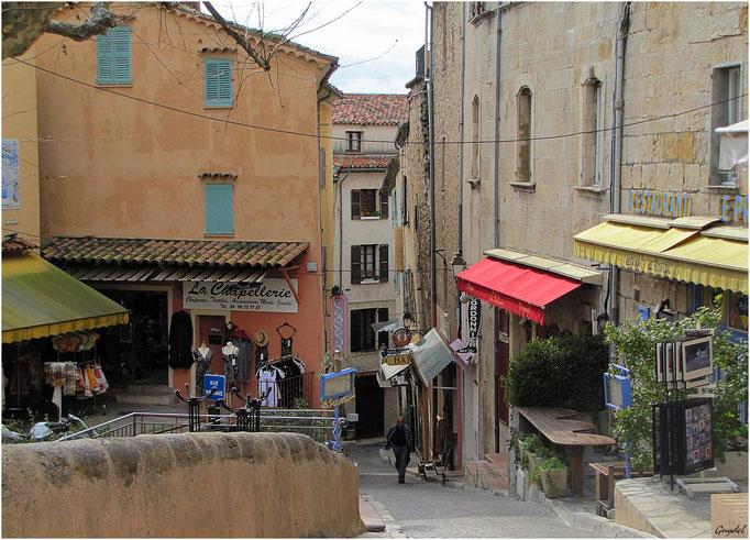 Le Haut de la Rue Camille Laroute ( sur la Place de l' Eglise )