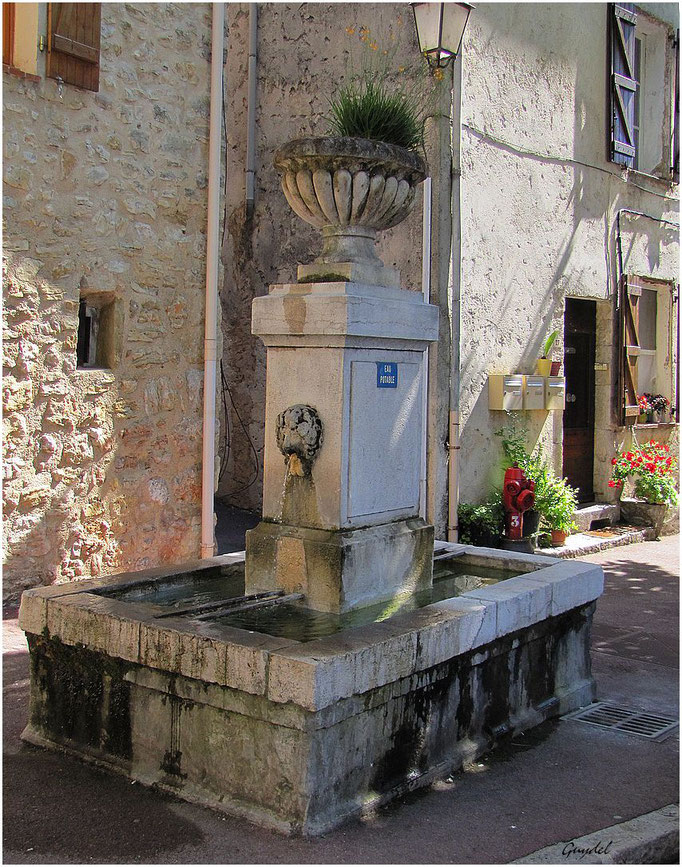 La Fontaine face à l' Eglise