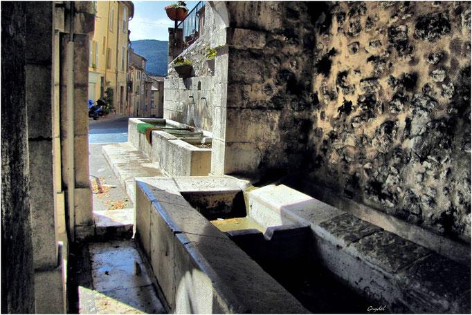 Fontaine et Lavoir de la Barricade ... à Fayence