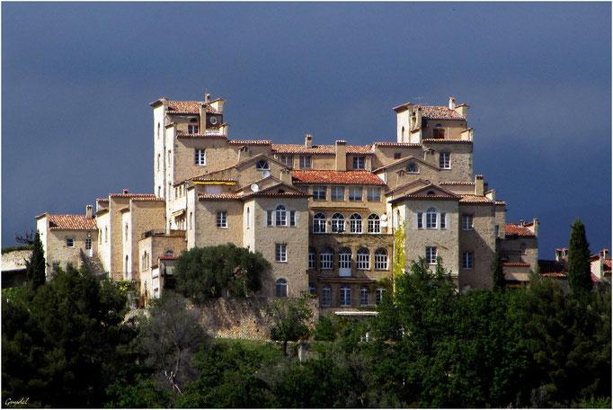 Le Chateau du Puy ... sur le modèle de l'Ecole des Cadets de St Petersbourg ... transformé en appartements